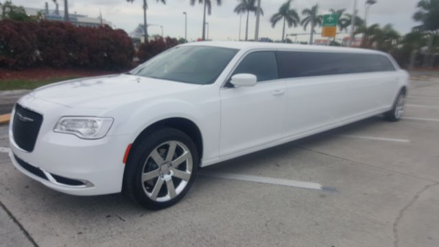 Miami White Chrysler 300 Limo